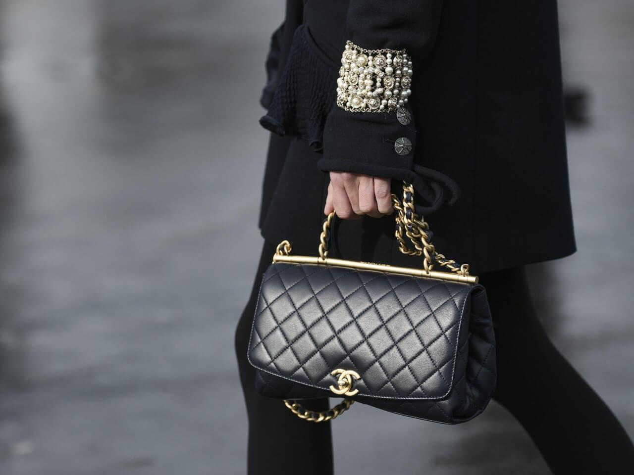 Come riconoscere una borsa Chanel autentica da un'imitazione