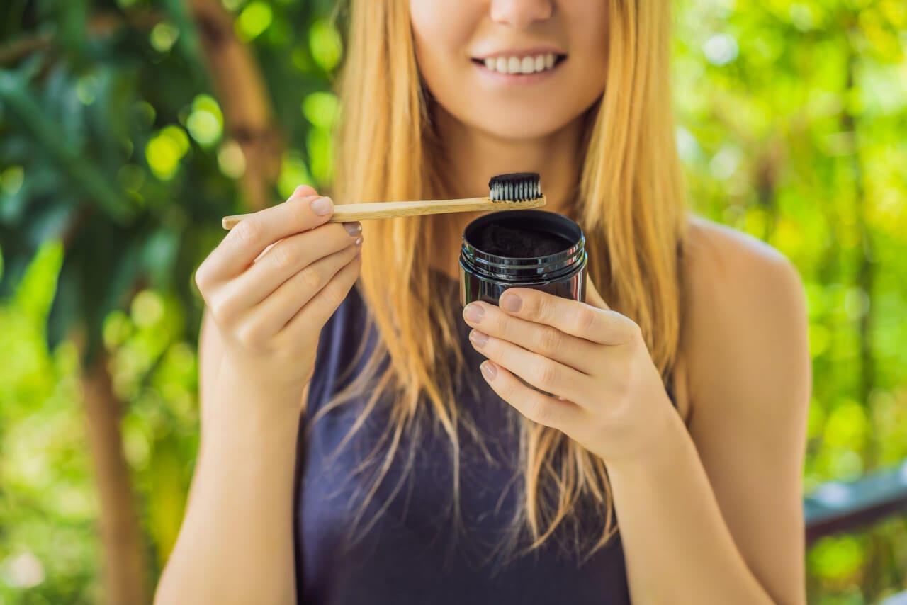 Come funziona il dentifricio al carbone attivo