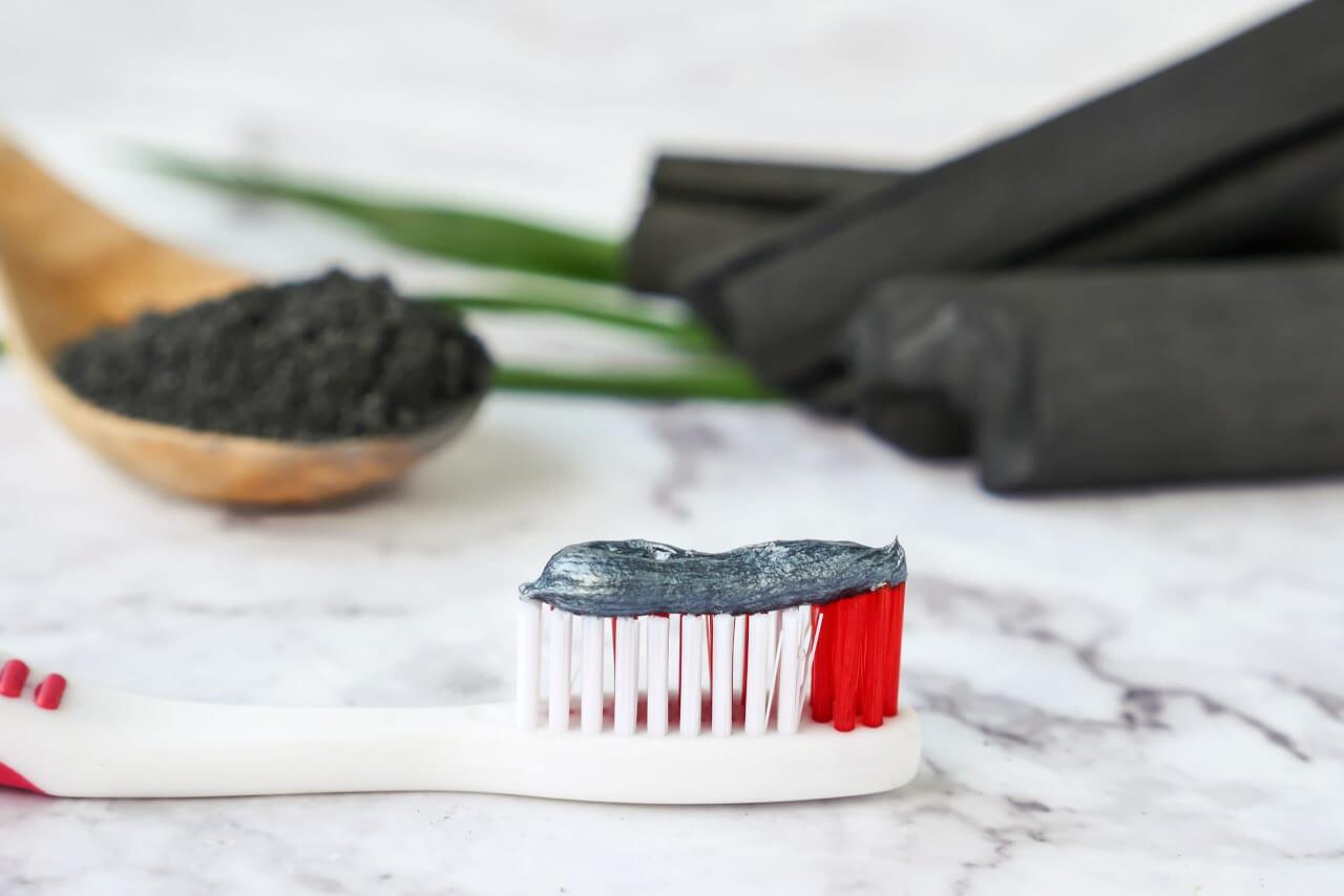 Le ricette fai da te per preparare in casa un dentifricio al carbone attivo