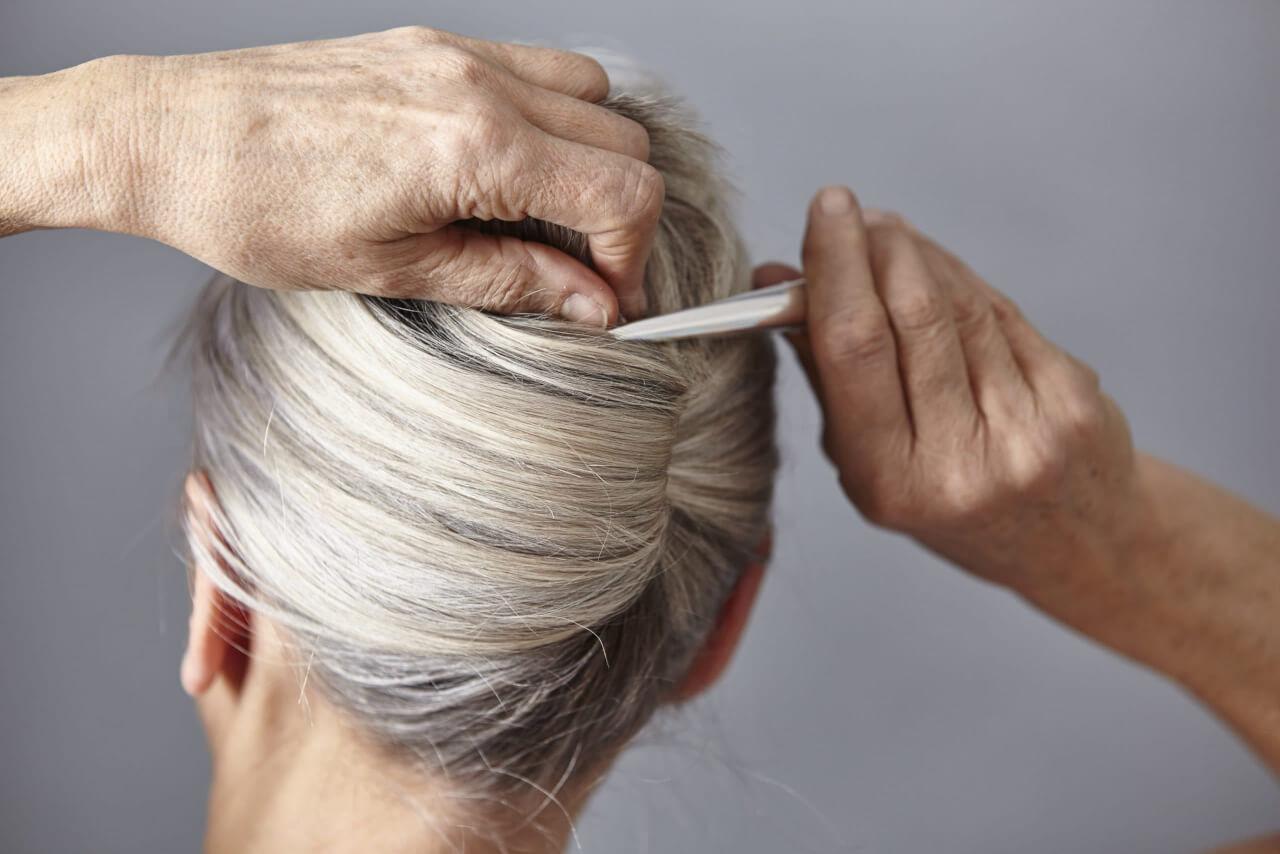 Perché si formano i capelli bianchi