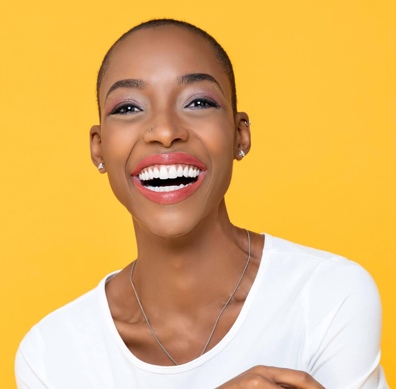 denti bianchi - donna con un sorriso radioso